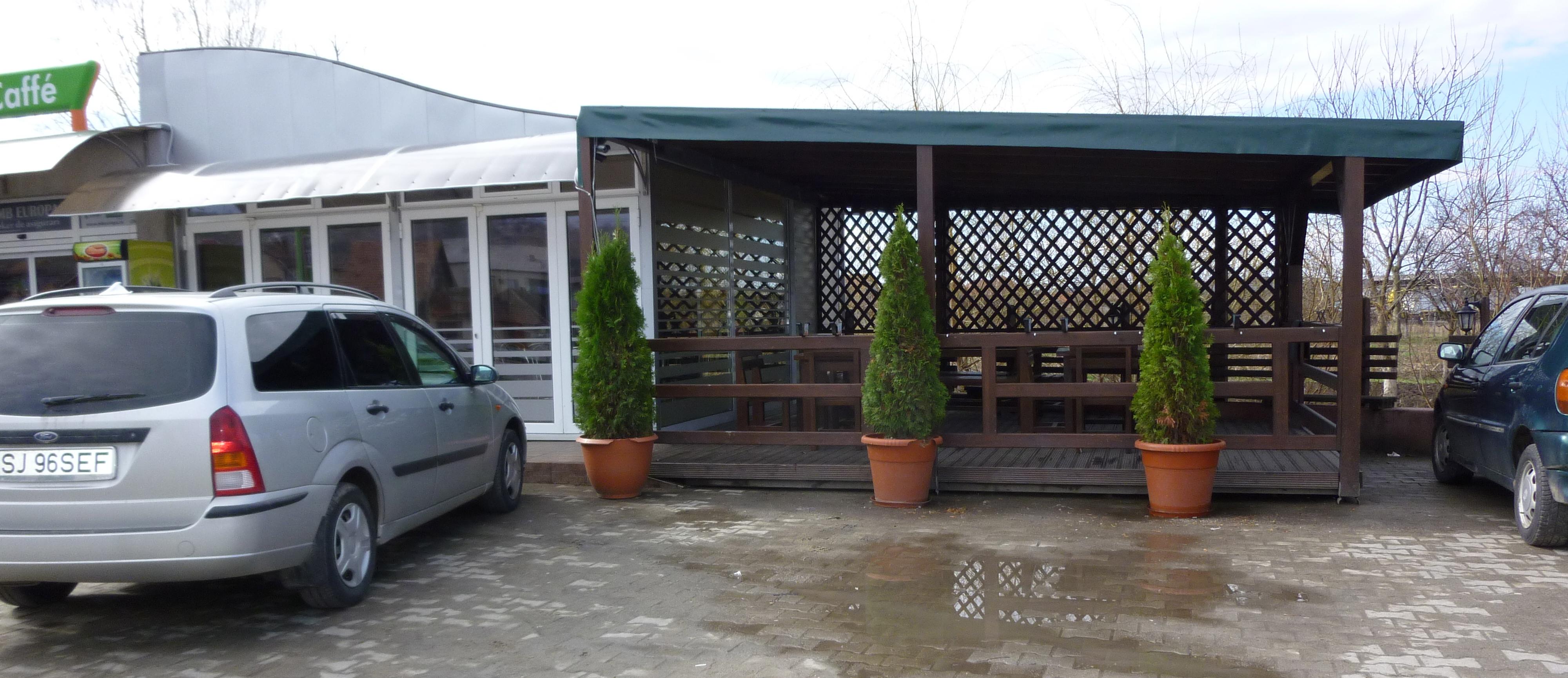 มีที่ให้นั่งดื่มกาแฟด้านนอก