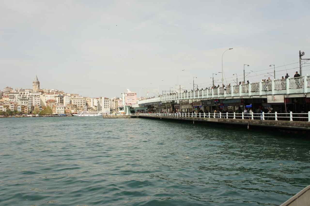 สะพานกาลาต้า ด้านล่างเป็นร้านอาหารยาวทั้งสองด้าน และที่เด่น ๆ คือแซนวิชปลา