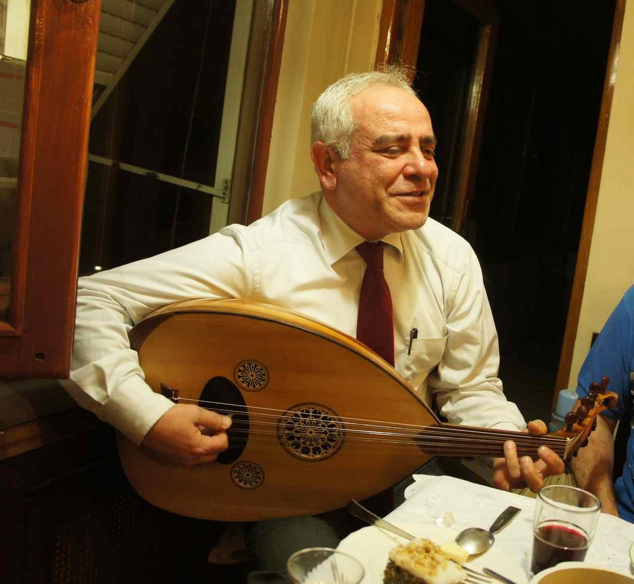 เลเวนท์กับเครื่องดนตรีของเขา