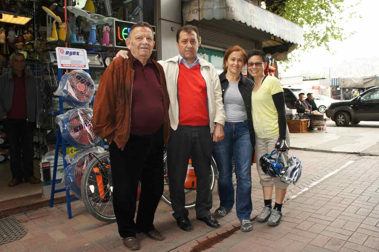 ถ่ายรูปกับพ่อของวอลคั่นที่หน้าร้านของเขา