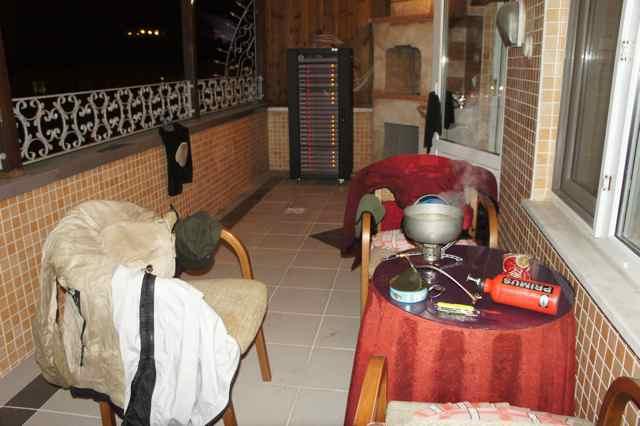 ถึงเมืองซัมซุนมืดพอดี เพราะนั่งคุยกันนานไปหน่อย ซ่อมทาง ฝนตกด้วยเปียกไปหมด เลยทำอาหารกินกันที่ระเบียงเสียเลย