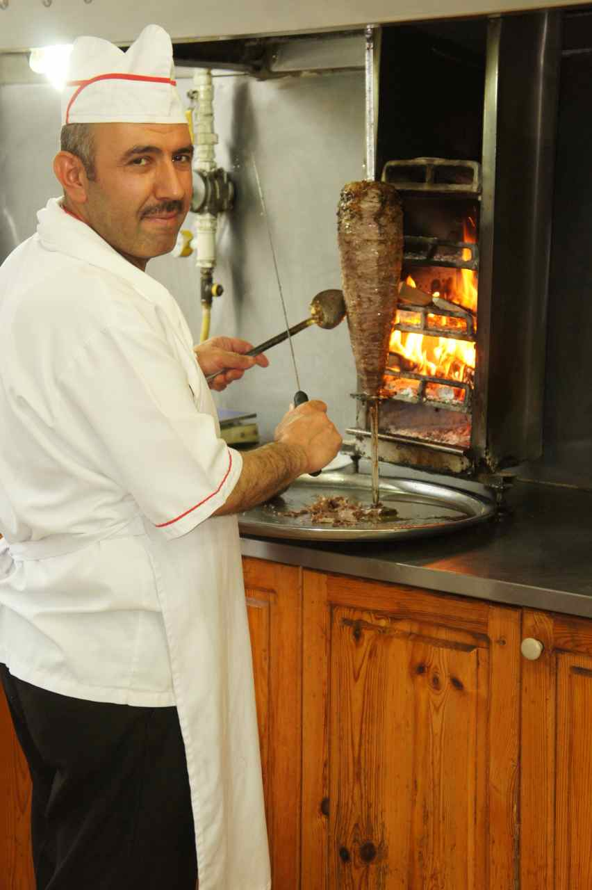 The döner chef. Please not the grill heatd by firewood.