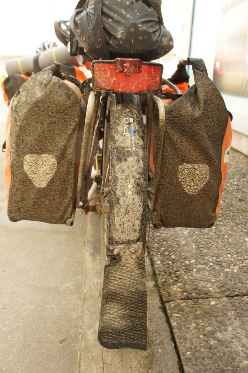 ภาพจักรยานที่เลอะเทอะ ผลลัพธ์จากการปั่นผ่านตรงที่เขากำลังซ่อมแซมถนนกัน