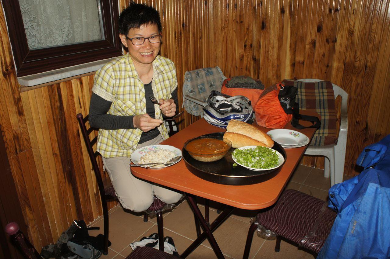 อาหารเย็นที่ Bed & Dinner รสชาติน้ำแกงเหมือนมาม่าต้มยำเลยอ่ะ แถมยังใส่ข้าวลงไปด้วยนะ เหมือนนั่งกินอยู่ริมทะเลบางแสนสมัยวัยเอ๊าะ ๆ เลย