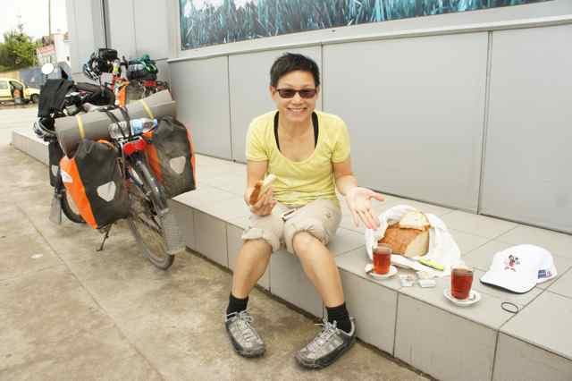 ขนมปังของทรับซอนและแยมจากโรงงแรมพร้อมชาแก้วใหญ่กว่าธรรมดา