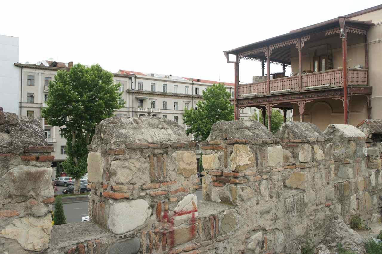 ส่วนหนึ่งของกำแพงเก่า ซึ่งไม่เข้ากับอีกด้านหนึ่งที่เป็นตึกสมัยใหม่