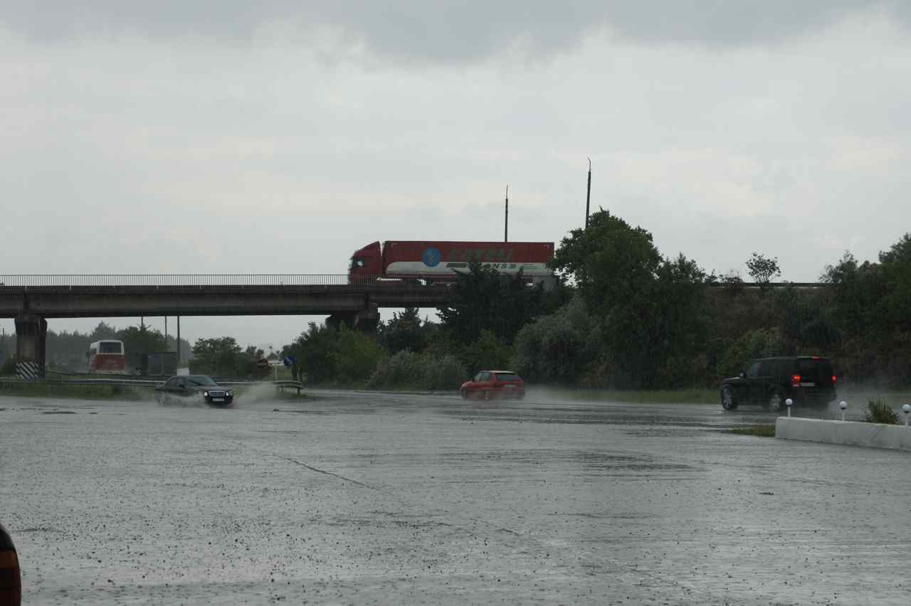 รถวิ่งผ่านน้ำกระจายจากฝนตก