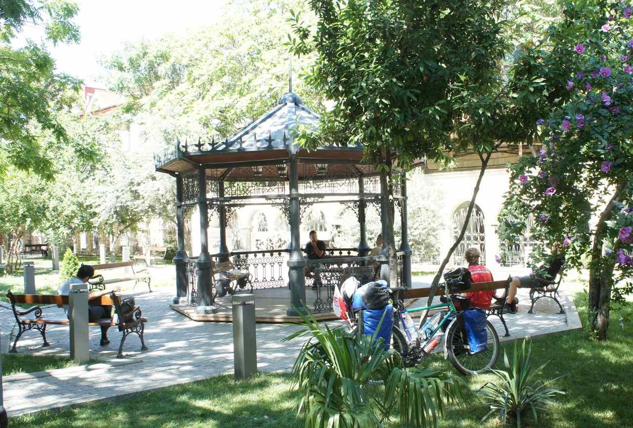 สวนสาธารณะที่มัคซุดแนะนำให้เราไปนั่งรอเรือ เรานั่งเล่นนอนเล่นอยู่ตรงนี้จนเกือบหกโมงเย็น