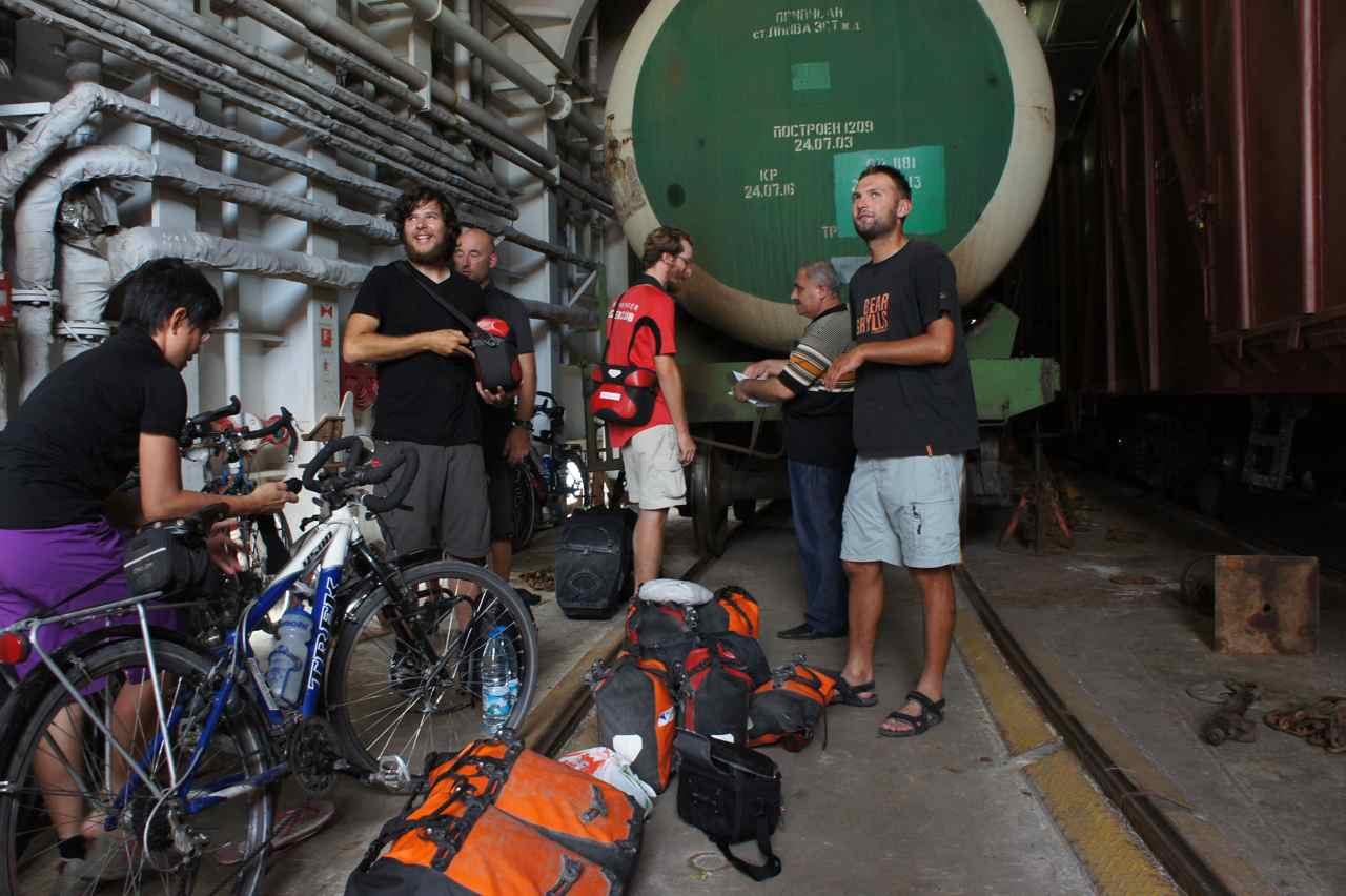 หลังจากผ่านตม.และตรวจหนังสือเดินทาง เราก็เอาจักรยานขึ้นมาจอดและเอากระเป๋าทุกใบขึ้นไปบนเรือ