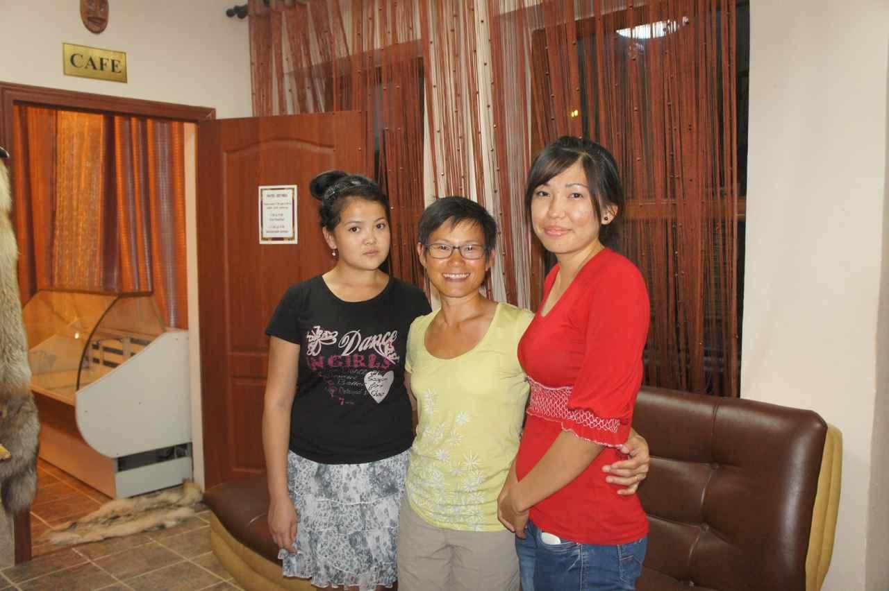 ถ่ายรูปกับสาวน้อยทั้งสองคนที่ทำงานทีี่โรงแรม