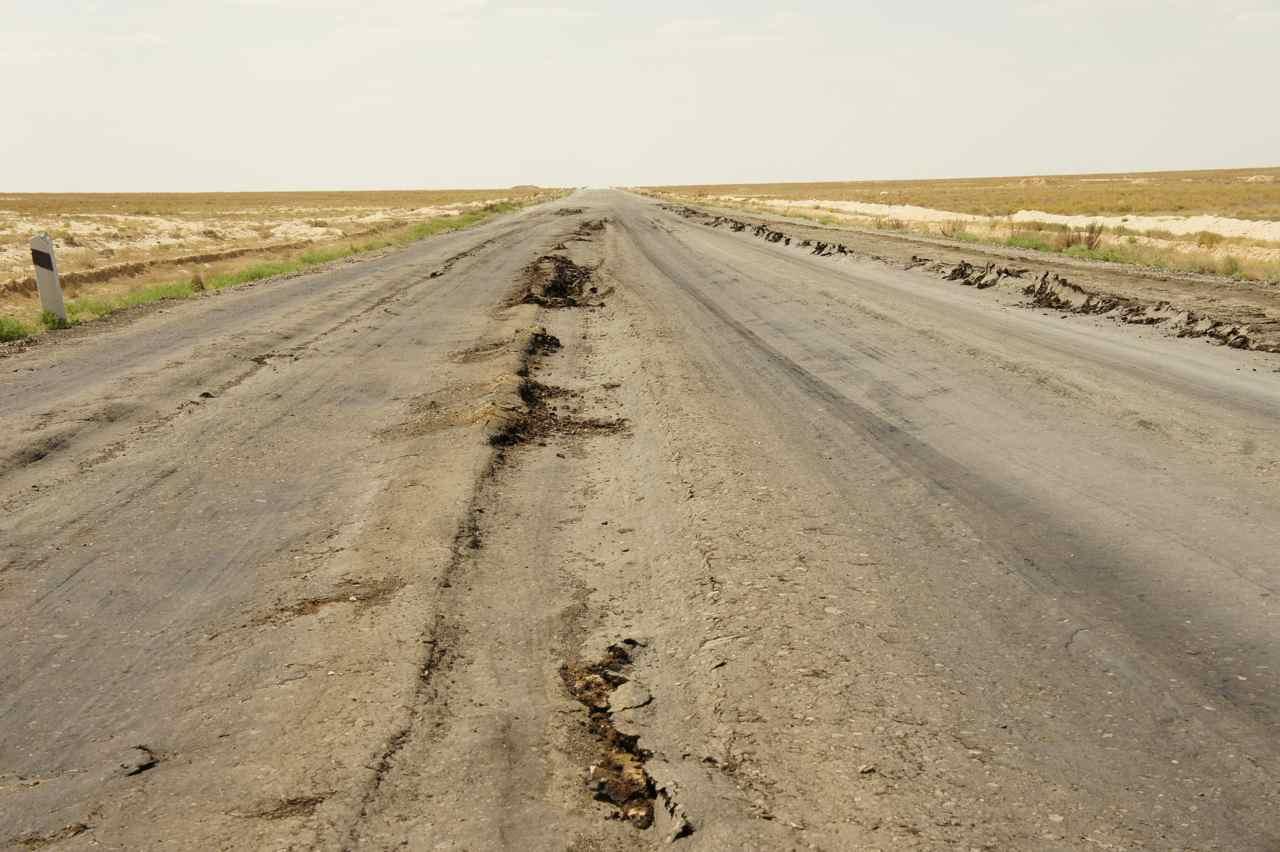 ถนนที่อุซเบกฯ เริ่มดีและดีกว่าที่คาซัคฯ หน่อย อากาศที่ร้อนทำให้ยางมะตอยที่ถนนนุ่มนิ่ม บางจุดถึงกับหนืดปั่นไม่ค่อยไปเลย