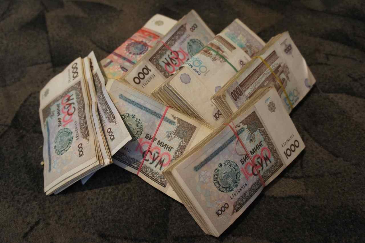 มาถึงนูกุส เราต้องหาที่แลกเงินจากดอลล่าร์เป็นเงินซอม สถานะการเงินของเขาค่อนข้างเฟ้อ อัตราแลกเปลี่ยนอยู่ที่ 1USD = 2700SOM กองนี้เราแลกจาก 300USD ลองคำนวณดูสิว่ามีเท่าไหร่ในกองนี้ เฮ้อ..หนักเงิน
