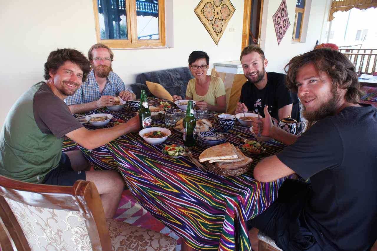 และแล้วก็มาถึงเมืองคีวา เรานั่งทานอาหารเย็นกันกับยูฮันเนสซึ่งเพิ่งมาถึงและมาพักด้วยกันกับเราที่นี่