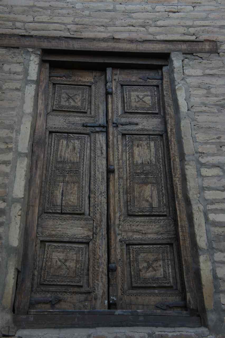 ประตูไม้ลายสลักเก่าแก่ที่เห็นอยู่ทั่วไป บางบ้านและโฮสต์เทลบางทีจะมีเสาแกะสลักเก่า ๆ ด้วย