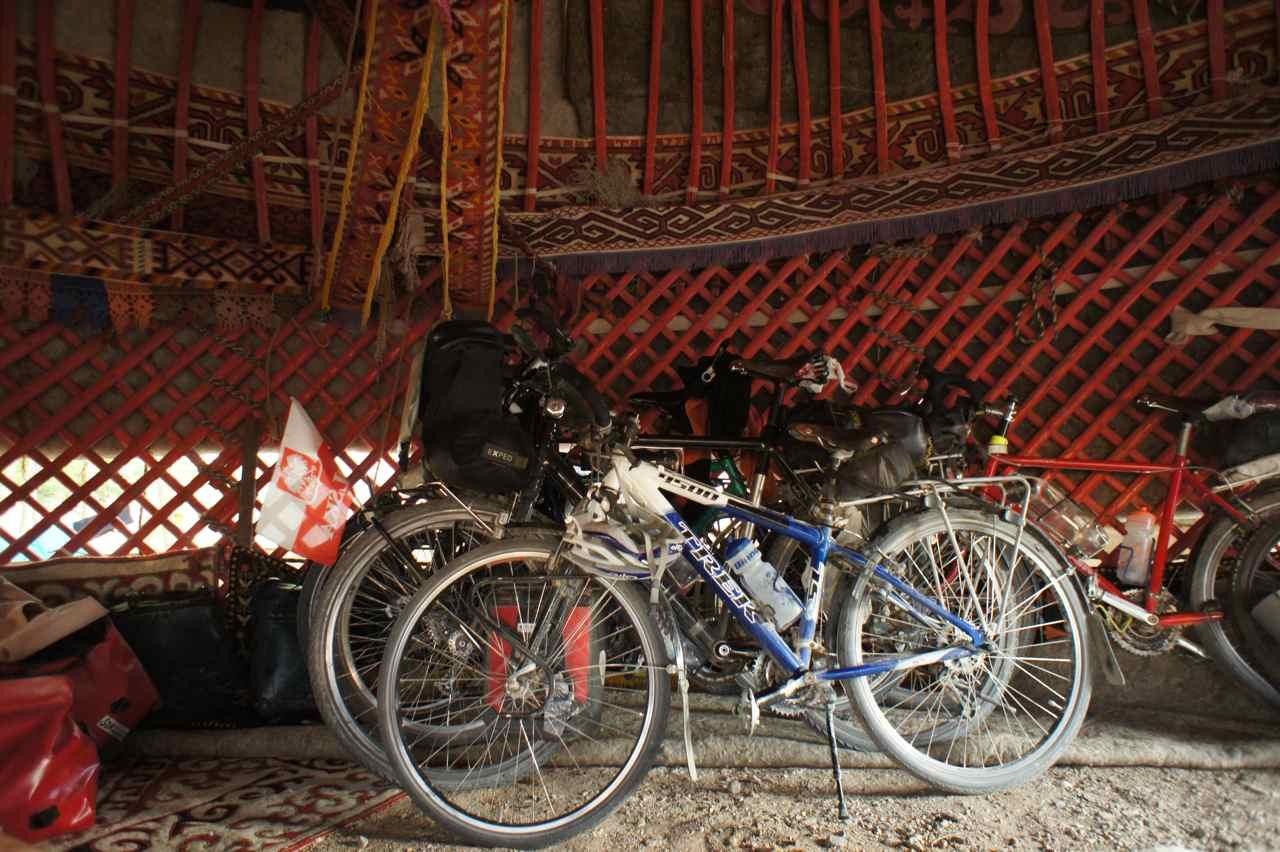 เราเอาจักรยานทั้ง 6 คันเข้าไปจอดด้านใน โดยเลิกผ้าที่ปูบนพื้นออก