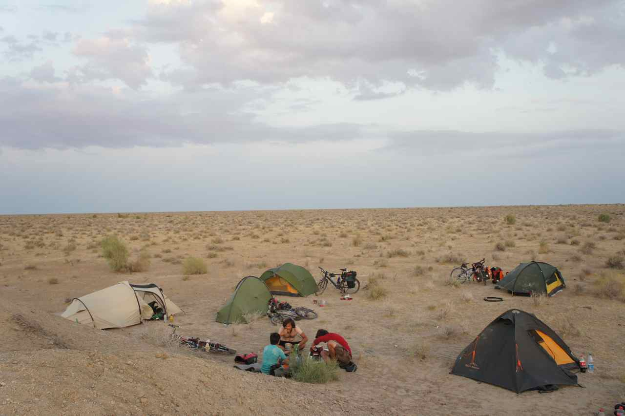 จุดกางเต้นท์ของเรา ในทะเลทราย ไม่ได้กางเต้นท์กันมานานเหมือนกัน คิดถึงการอาบน้ำในทะเลทรายที่ต้องประหยัดน้ำ, ต้องเดินไปไกล ๆ หน่อย และต้องระวังสัตว์ที่ชอบออกหากินตอนกลางคืน เราเห็นดาวตกไปตั้ง 4 ดวงในขณะที่เราฉลองวันเกิดซีมอน