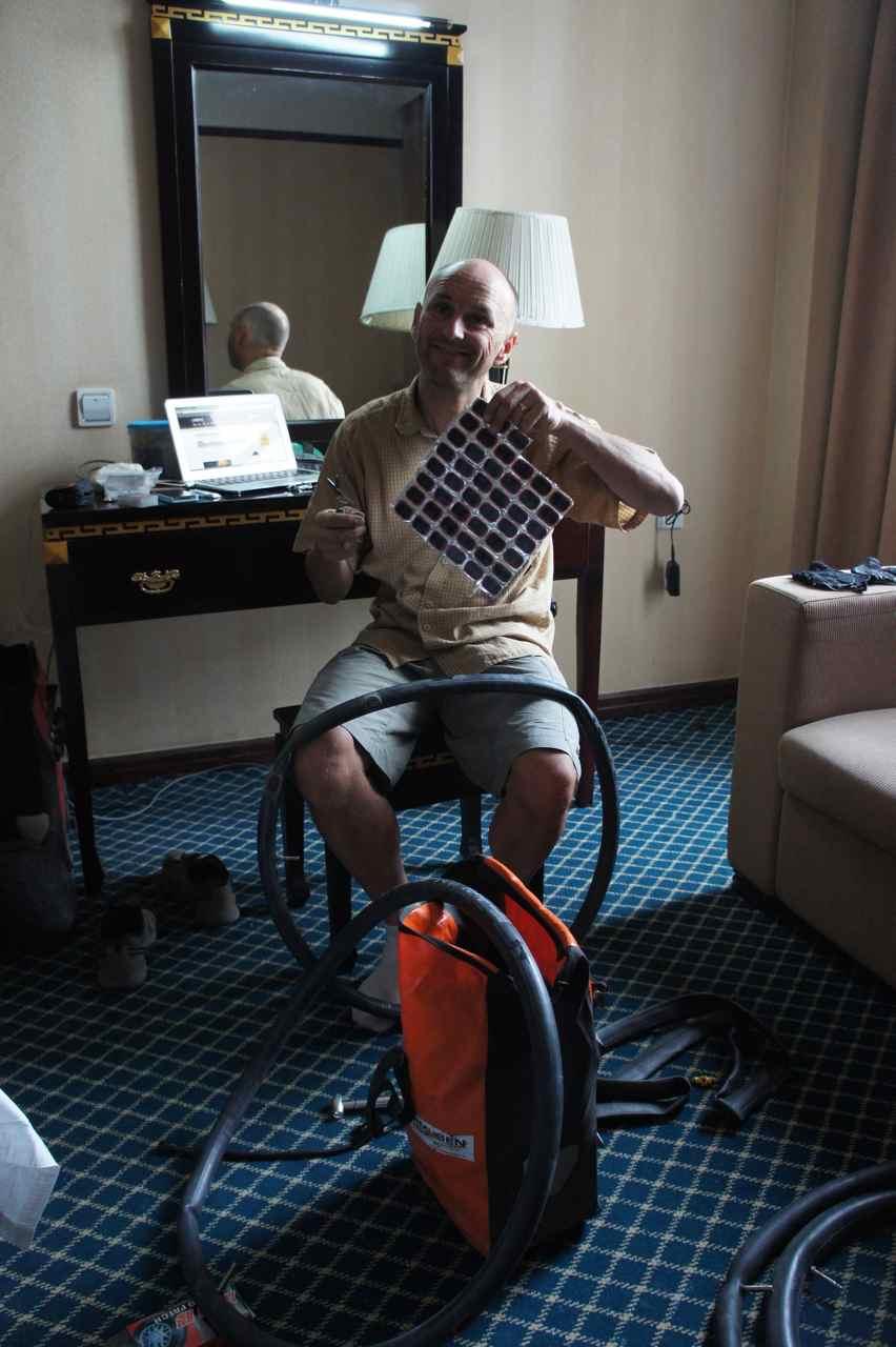 นั่งปะยางท่ีโรงแรมสี่ดาว ก่อนจะไปหาซื้อท่ีปะยางเรามีเหลืออยู่แค่ 1 อันเท่านั้นเอง แต่ตอนนี้ เพียบ!!!