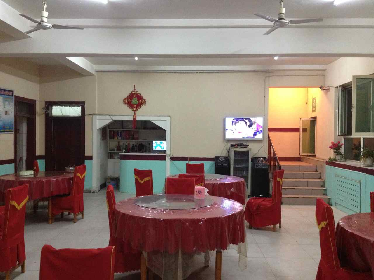 นี่เป็นร้านอาหารจีนร้านแรกตั้งแต่ปั่นเข้าเมืองจีน เพราะตลอดทางมีแต่ร้านของชาวอูกูร เข้าไปก็จะได้ลัคมานทุกครั้ง