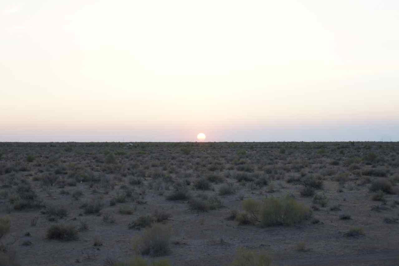 เป็นทะเลทรายผสมมีพุ่มไม้เล็ก ๆ คือยังไม่ใช่ทะเลทราย 100% มีแต่ความร้อนที่ทำให้รู้ว่ายังงัยมันก็คือทะเลทราย