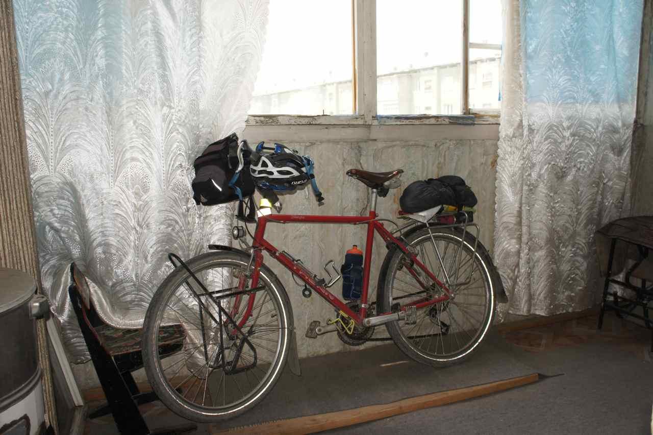 ระเบียงที่เราปูนอนกันบนพื้นตรงข้ามกับจักรยาน เสียดายเขามาเก็บเข้าที่เสียก่อน ไม่ทันถ่ายรูปไว้ประจาน