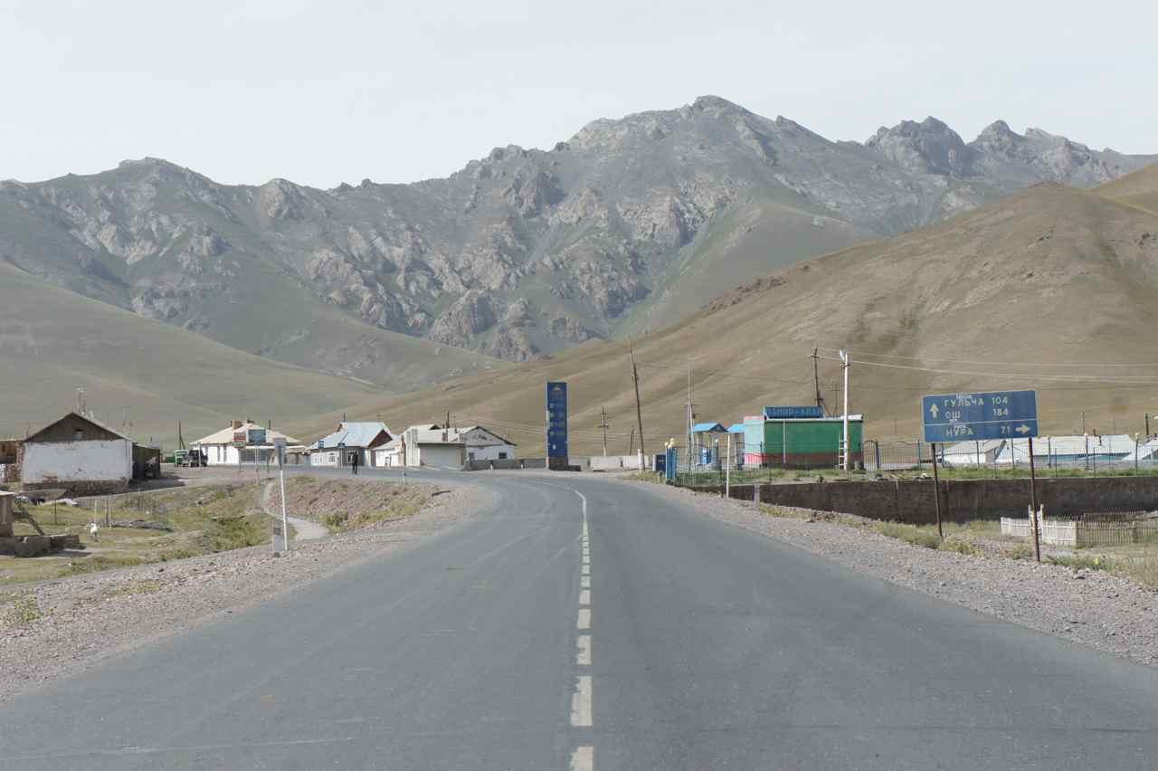 ถนนที่เห็นเป็นทางไปทาจิกิสถาน ฝั่งตรงข้ามไปจีน ตรงไปกลับโอชของคีร์กิซสถาน