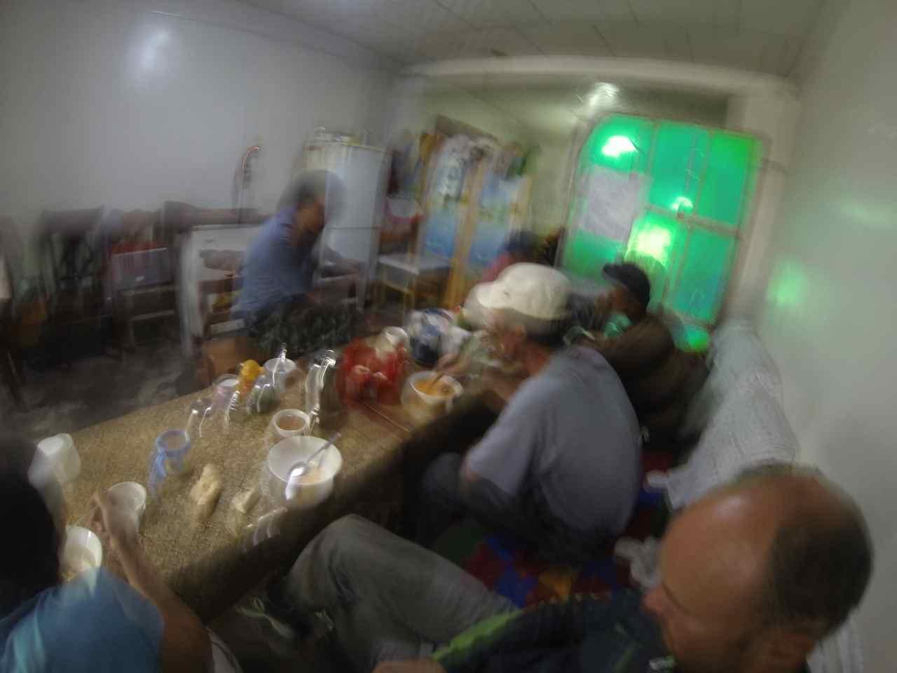 บรรยากาศในร้านที่เรามาแวะกินข้าวเย็นกันที่ร้านง่าย ๆ แอบถ่ายเลยไม่ชัด ;-)