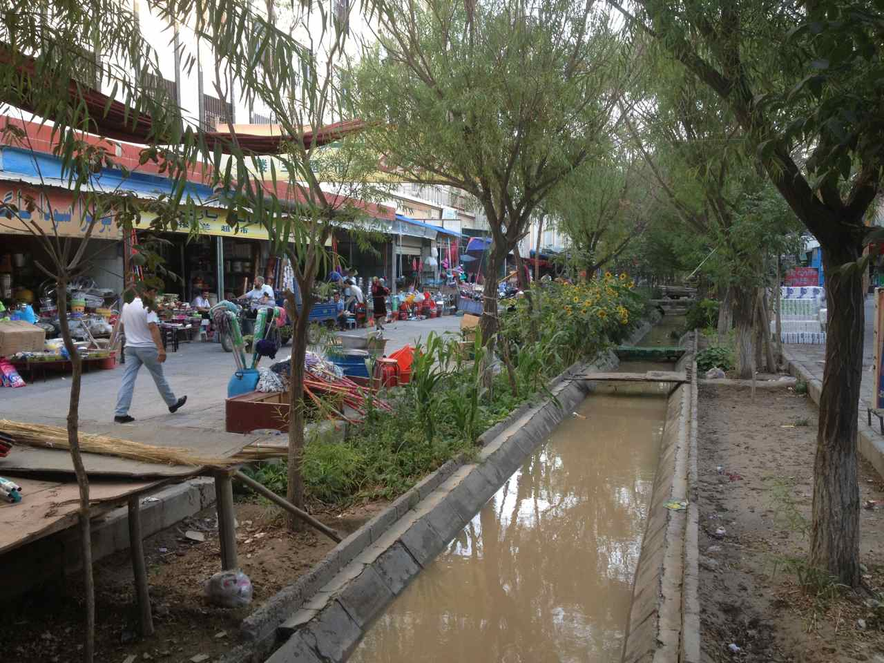 ส่วนหนึ่งของตลาดในเมืองอาร์ทุค ดูร่มรื่นดี