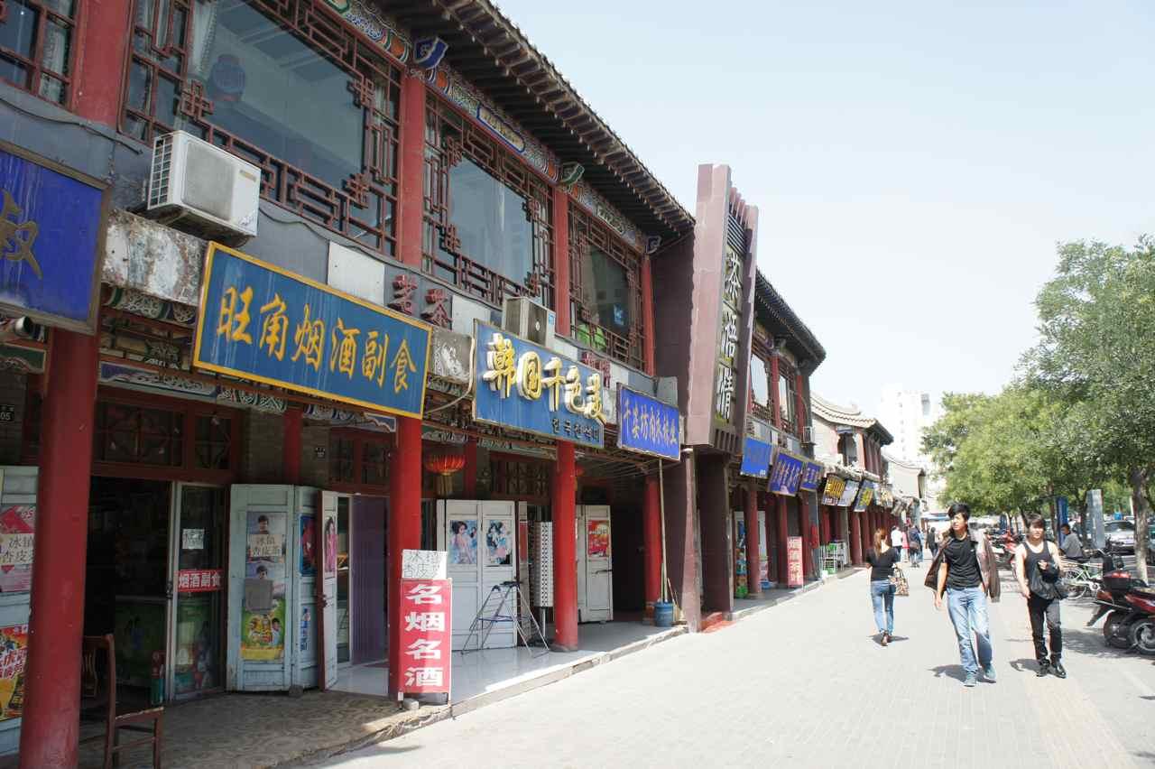 ทางออกจากเมืองมีตึกเก่า ๆ ข้างล่างเป็นร้านอาหารร้านขายของซื้อน้ำท่ีนั่น