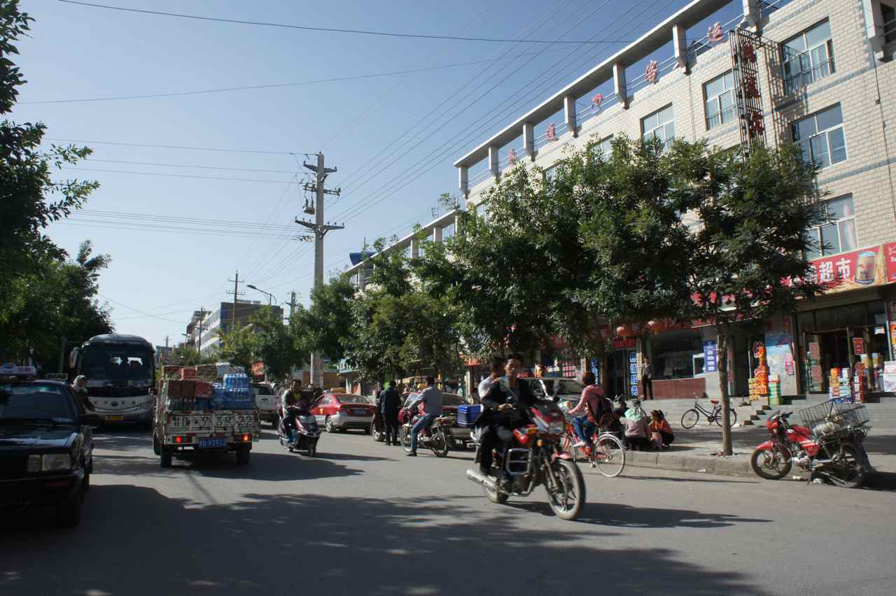 The busy main street in Minle