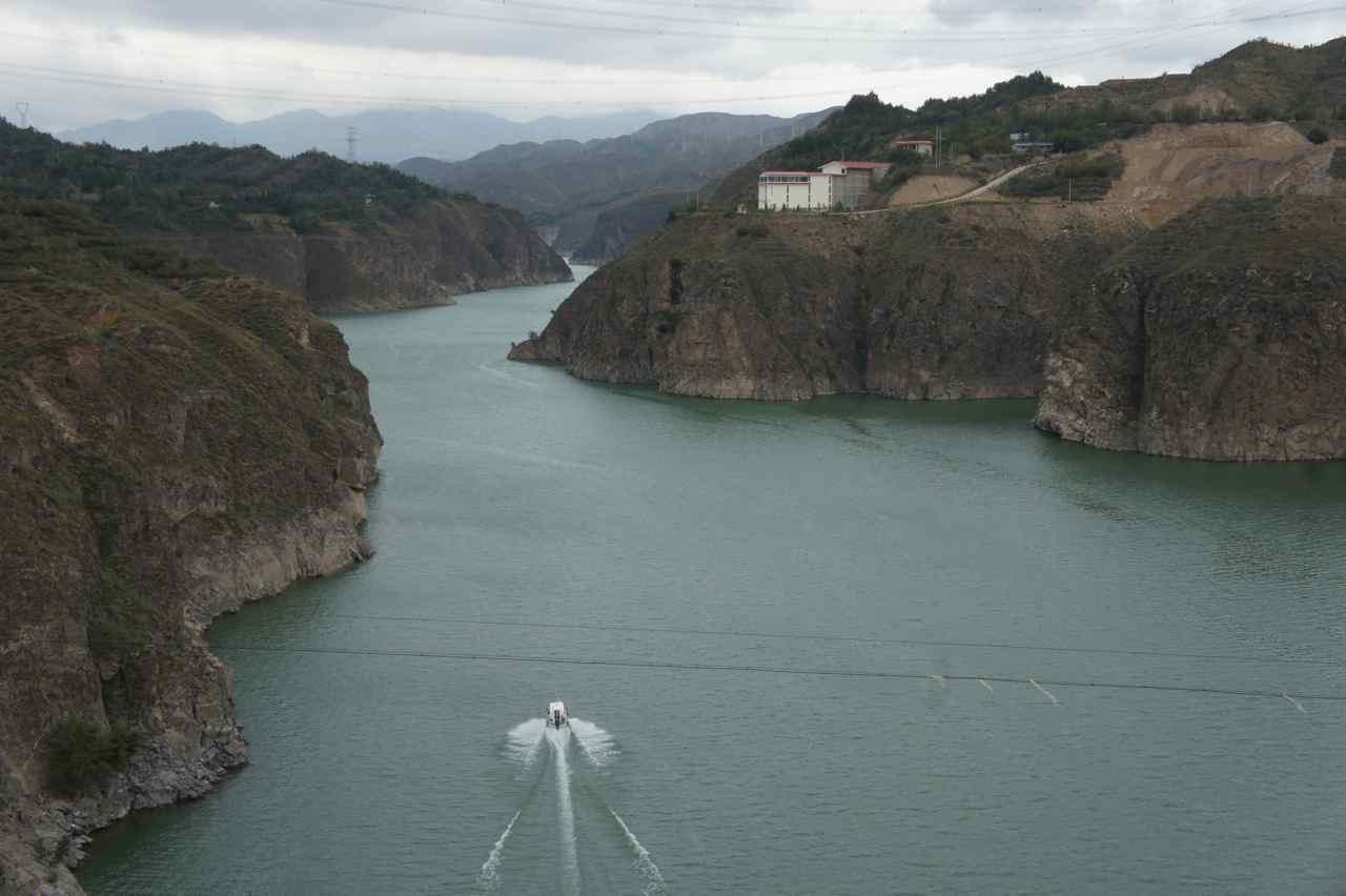 ตรงนี้น้ำใสเชียวน่าลงเล่น แต่ก็น่าจะเย็นทั้งปี เป็นแม่น้ำใหญ่เป็นท่ีสองของจีนรองจากแม่น้ำแยงซี