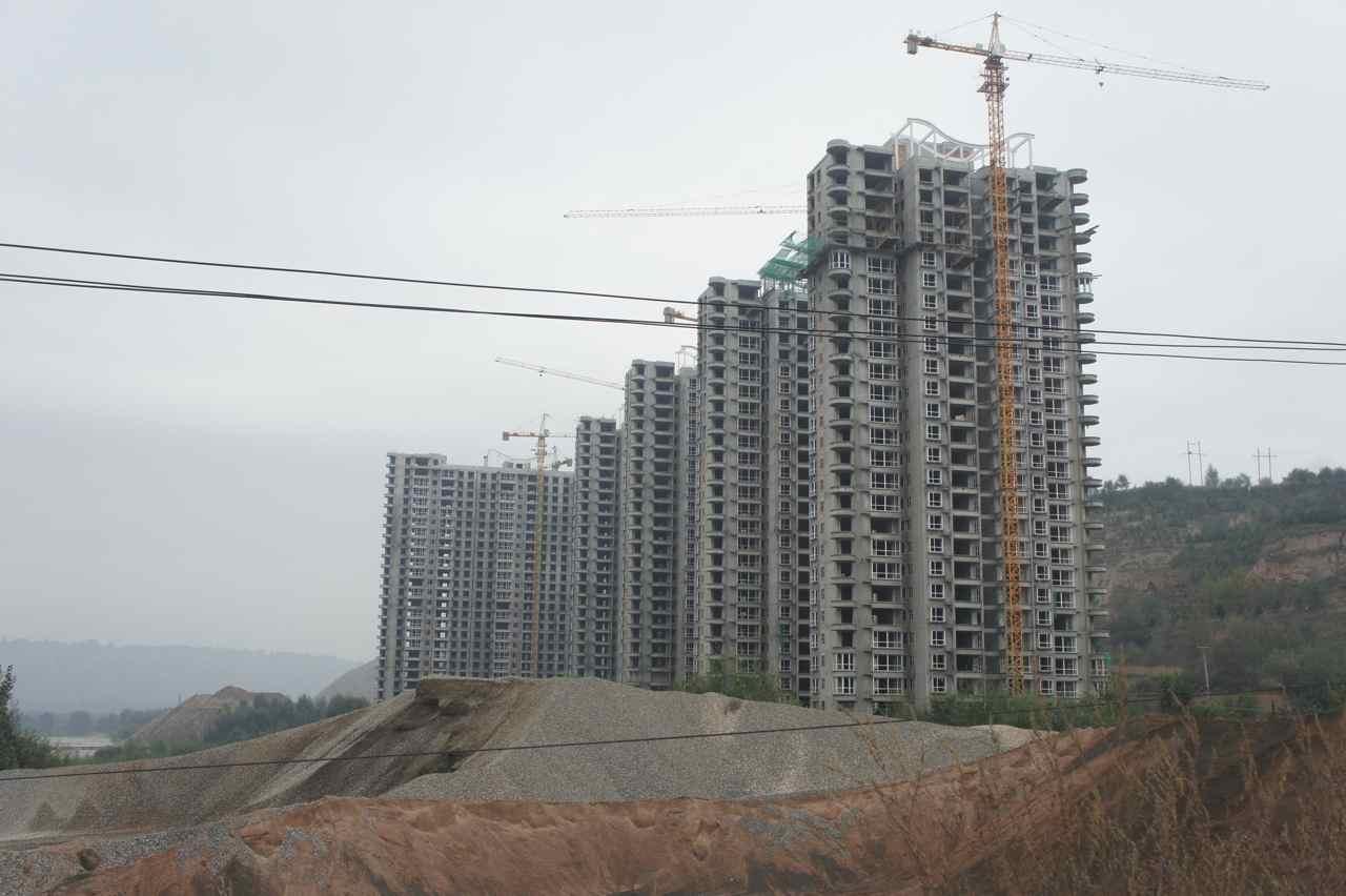 ก่อสร้างตึกสูง ๆ เห็นอยู่ทั่วไปไม่ว่าจะปั่นอยู่ในเมืองใหญ่หรือเมืองในหุบเขา