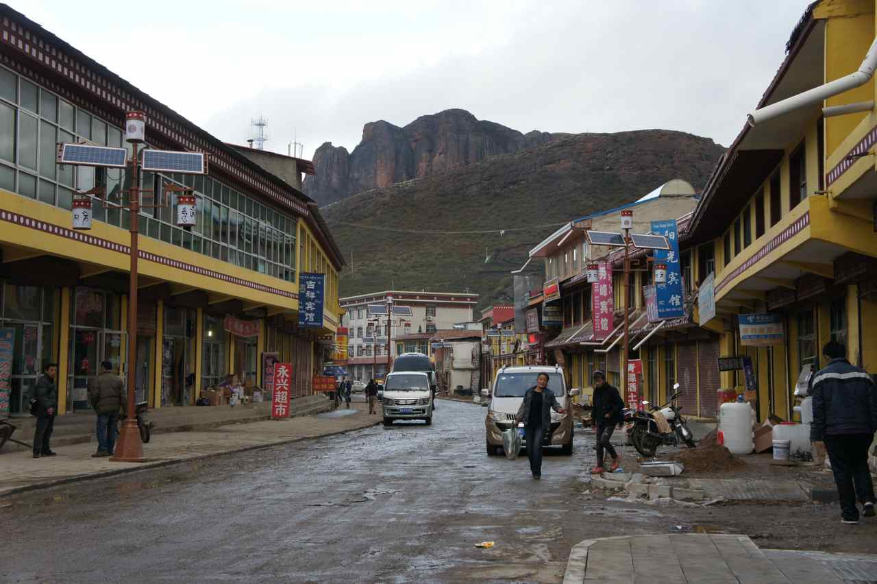 The main street in Langmusi