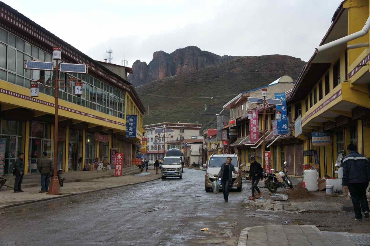 The main street in Langmusi