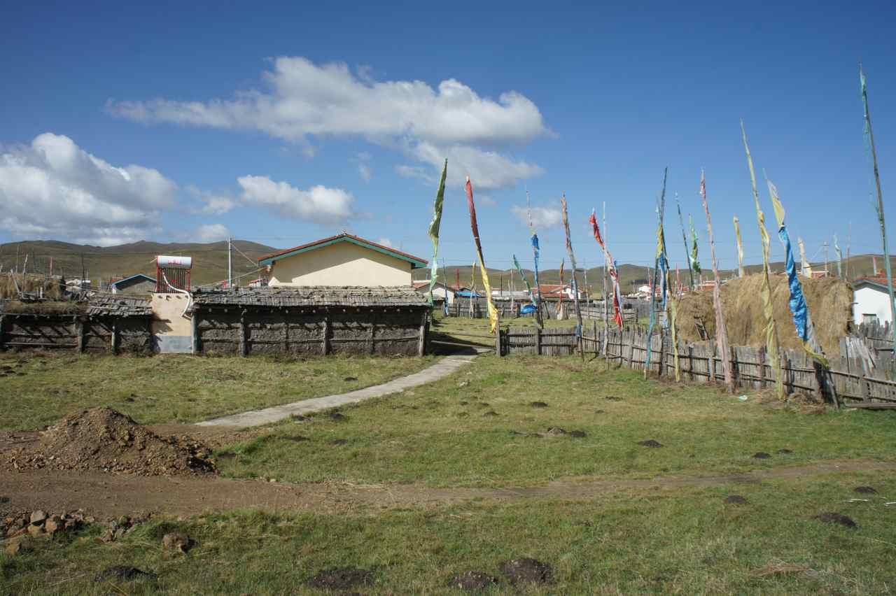 หมู่บ้านแถบนี้ยังคงมีสไตล์แบบทิเบตอยู่ หรือว่าคนจีนอยู่ท่ีลุ่มส่วนคนทิเบตอยู่บนเขา เดาเอานะค่ะ ;-)