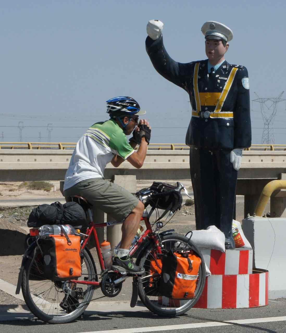 โจคิมเพลินปั่นเร็วไปหน่อย ตำรวจโบกให้จอดเลย ซ่าเกินเหตุเดี๋ยวได้โดนปรับหรอก แต่ก็รอดมาได้ ตำรวจจีนน่ารัก แค่โบกเฉย ๆ ;-)