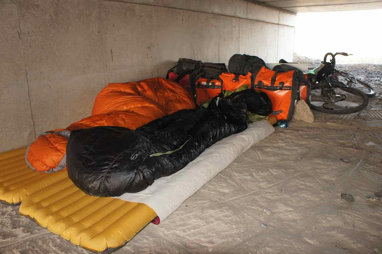 กางเต้นท์ไม่ได้ เรานอนกันบนพื้นปูนนั่นเลย เอากระเป๋ามาวางบังลมช่วยได้เยอะทีเดียว