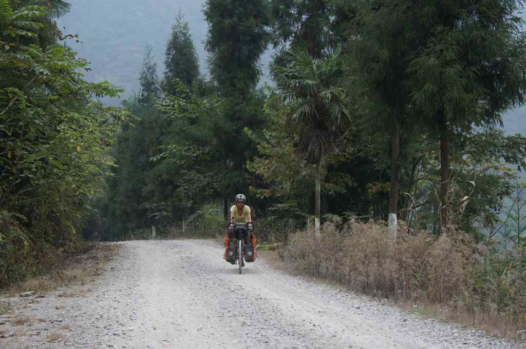 เส้นทางท่ีเราเลี้ยวเข้ามา ตอนแรกรู้สึกผิดหวัง เพราะอยากจะถึงคุนหมิงเร็ว ๆ แต่ไป ๆ มา ๆ รู้สึกสนุกดี ได้ใกล้ชิดคนในหมู่บ้านมากขึ้น