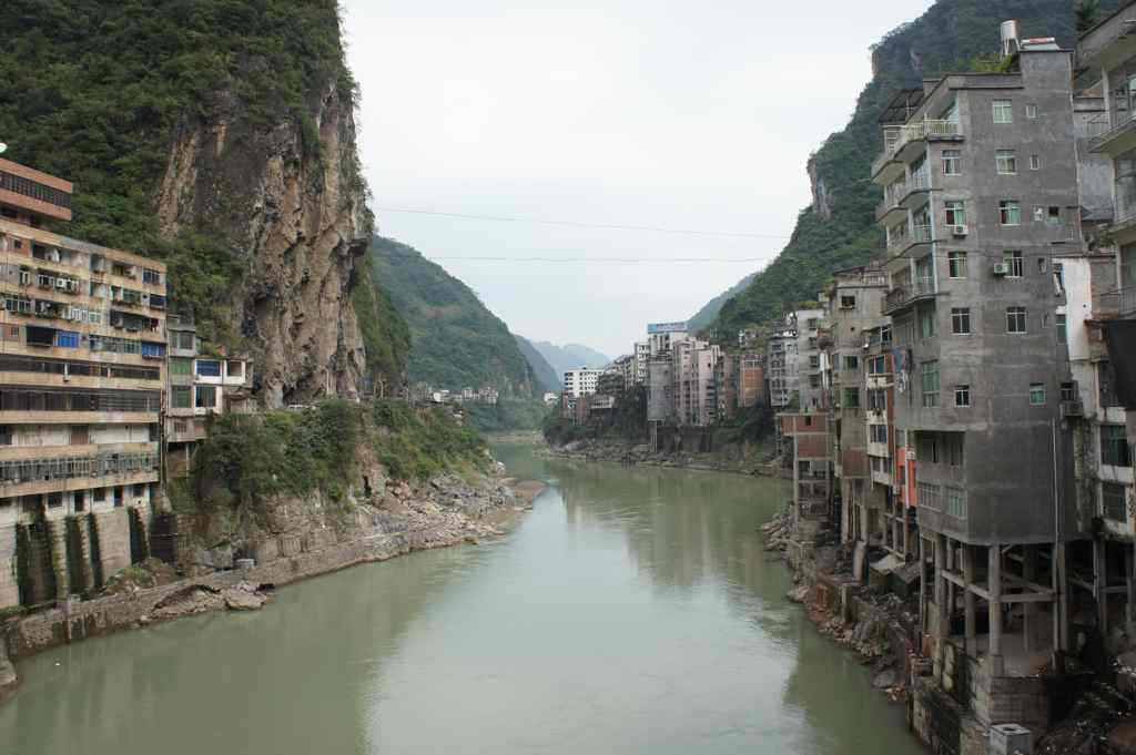 The world's most narrow town is split by a tributary to Yangtze river