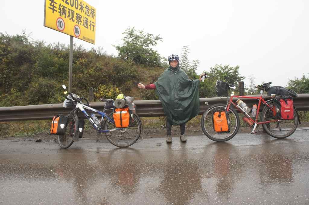 แบบนี้เลย ลงทุนซื้อชุดคลุมฝน ใช้ได้ มันไม่เปียกจากข้างนอก แต่เปียกจากเหงื่อเราเอง :-)