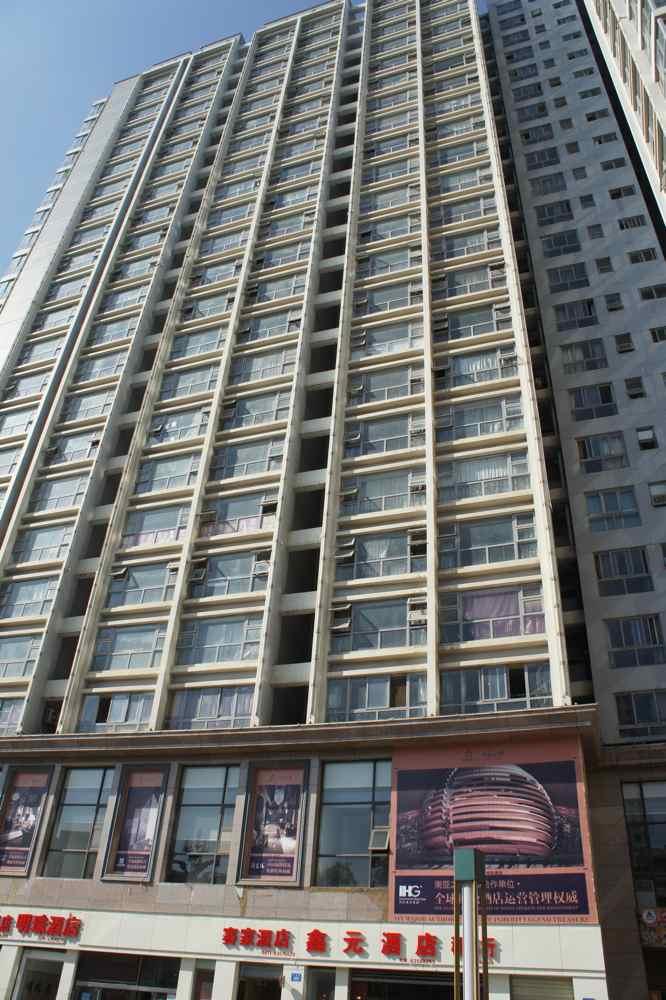 """ตึกอพาร์ตเมนท์ท่ี """"ลุดวิค"""" จอง เราแชร์กับเขาอยู่ชั้น 16 สูงท่ีสุดเท่าท่ีเคยอยู่โรงแรมในทริปนี้ล่ะ แต่เย็นเป็นท่ีสอง รองจาก """"ลัคมุซี่"""" (Langmusi)"""