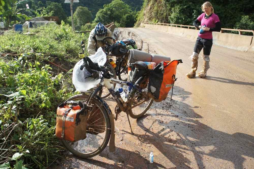 ดูจากสภาพจักรยานแล้วสงสารมันเลย คงจะสำลักน้ำโคลนทรายคลั่ก ๆ นั้นไปหลายอึกทีเดียว เพราะเช้ามาเวชเปลี่ยนเกียร์แทบจะไม่ได้เลย